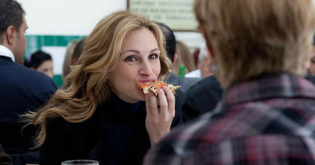 Liz comiendo pizza.Comer, rezar, amar