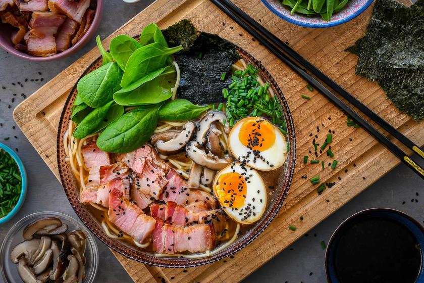 huevo y proteínas en el ramen